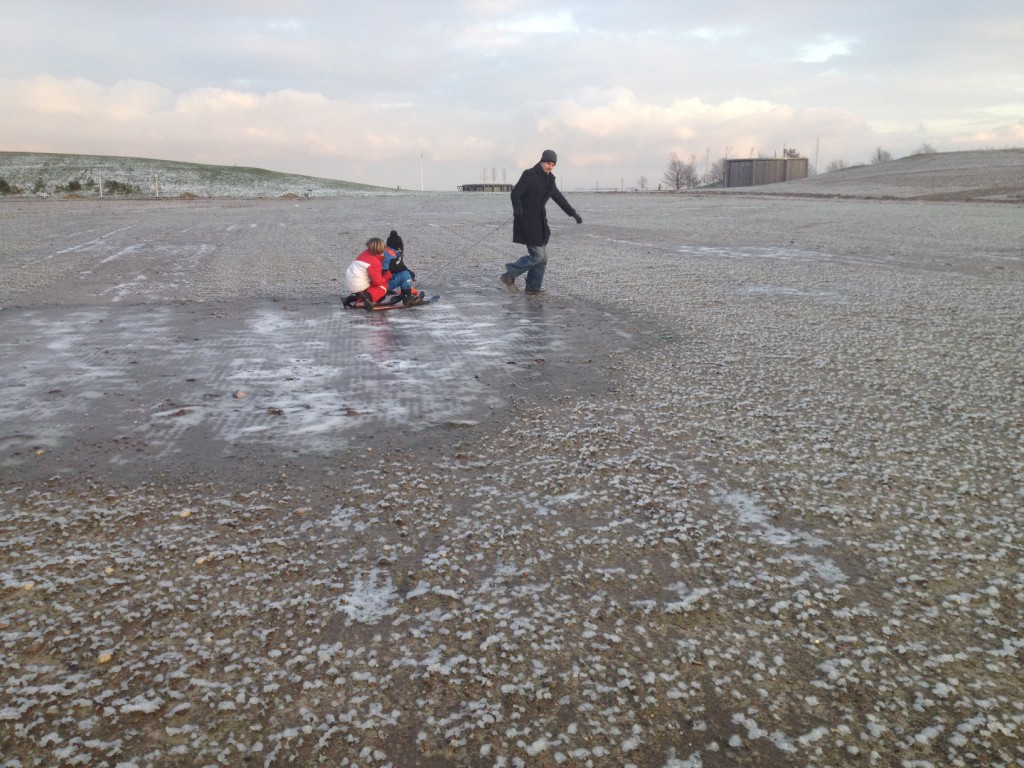 amagerstrand_winter_dad_pulling_kids_sled